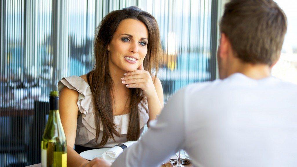 Если он влюблен, то будет стараться всячески продолжить общение в неформальной обстановке