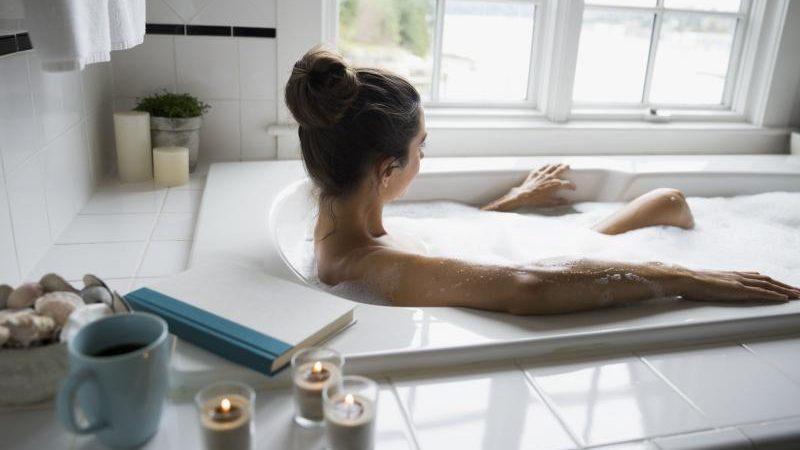 Психологи рекомендуют хотя бы раз в неделю принимать расслабляющие ванны