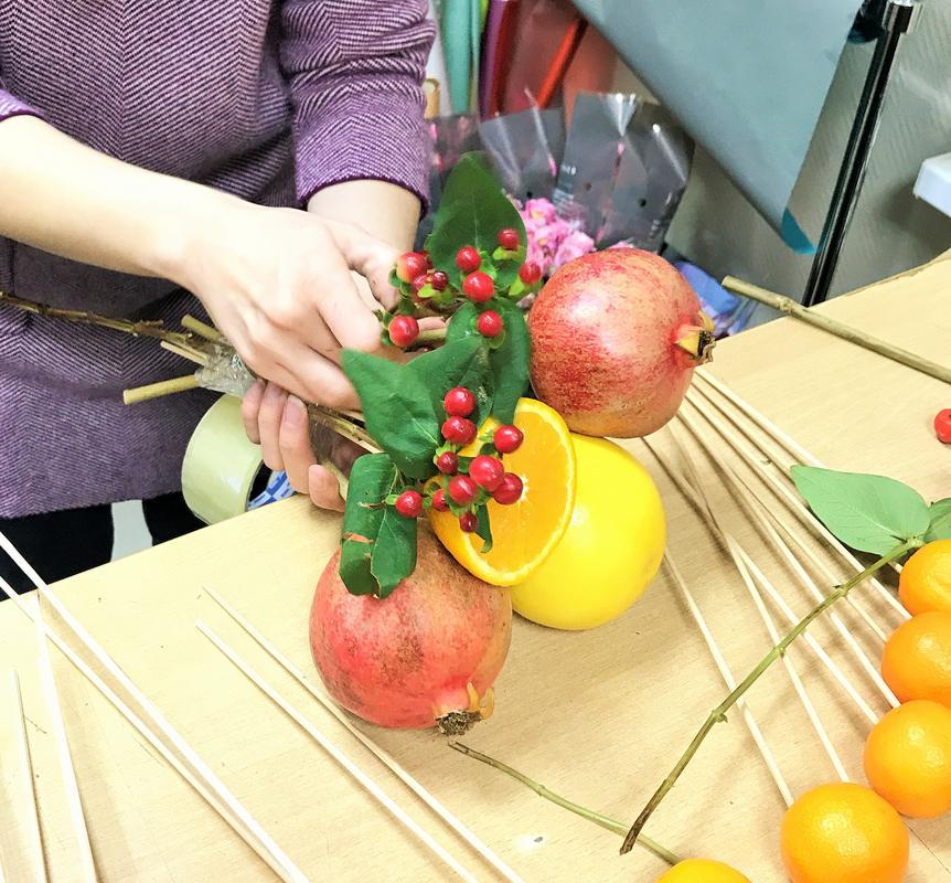Букет из фруктов и цветов своими руками пошагово