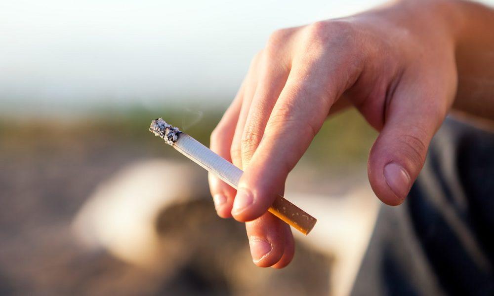 Как правильно держать сигарету в руке