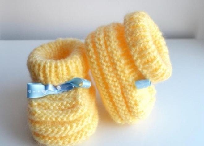 Мастер-класс по вязанию спицами бесшовных желтых пинеток-башмачков