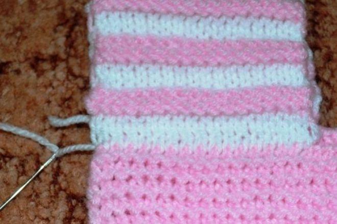 Закройте в следующем ряду 10 петель и в середине ряда присоедините нить второго цвета